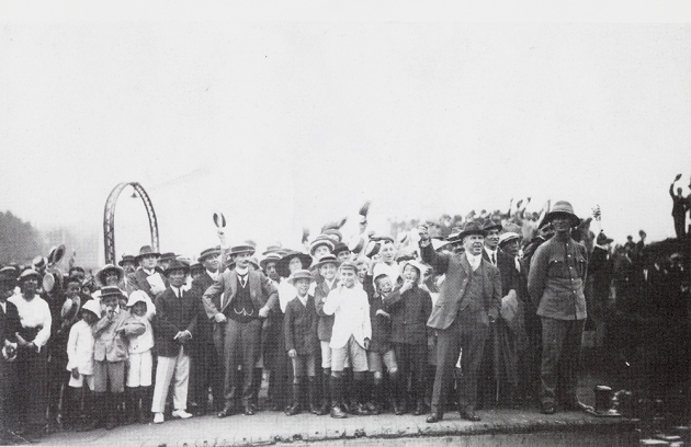 waving off the Suwa Maru from the Shanghai Bund, 16 October 1914