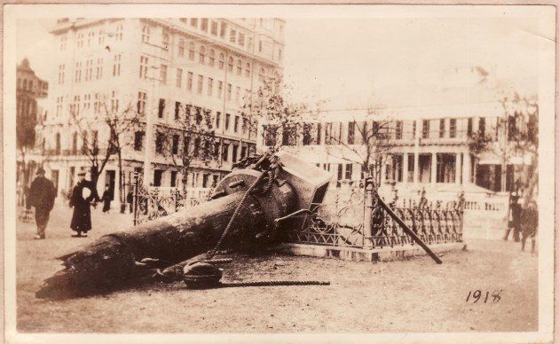 The memorial after it was pulled over, 2 December 1918